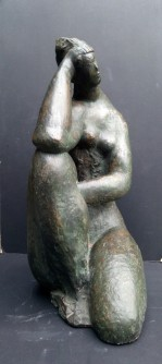 Ženski klečeći akt